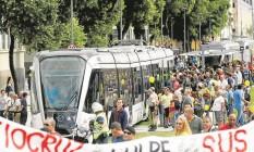 No dia de sua inauguração, em 5 de junho, o Veículo Leve sobre Trilhos (VLT) já enfrentou protestos na Rio Branco: batedores para abrir caminho Foto: Pablo Jacob/5-6-2016