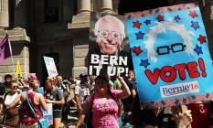 Apoiadores de Bernie Sanders protestam no primeiro dia da Convenção Nacional Democrata em Filadélfia Foto: SPENCER PLATT/AFP