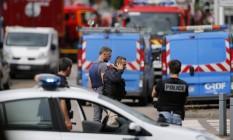 Policiais franceses e bombeiros chegam ao local de tomada de reféns em uma igreja em Saint-Etienne-du-Rouvray, no norte da França Foto: CHARLY TRIBALLEAU / AFP