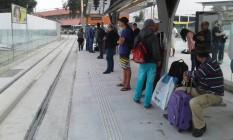 Passageiros aguardam a chegada do VLT Foto: Custódio Coimbra / Agência O Globo