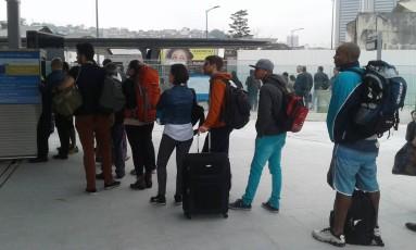 Longas filas se formaram na estação do VLT na rodoviária Foto: Custódio Coimbra / Agência O Globo