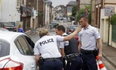 Policiais franceses fecham um dos acessos à igreja atacada em Saint-Etienne-du-Rouvray, na Normandia Foto: Francois Mori / François Mori/AP