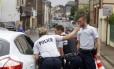 Policiais franceses fecham um dos acessos à igreja atacada em Saint-Etienne-du-Rouvray, na Normandia