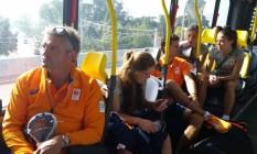 Equipe feminina de hóquei sobre grama da Holanda usa o BRT para ir treinar Foto: Luiz Ernesto Magalhães / O GLOBO