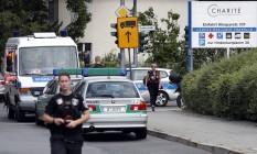Policiais são vistos em frente ao Benjamin-Franklin Hospital, no bairro de Steglitz, em Berlim Foto: Michael Sohn / AP