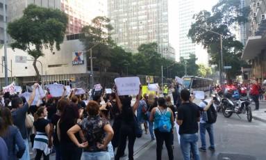 Manifestantes fecham passagem de VLT Foto: Marina Brandão / Agência O Globo