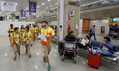 Na foto, os voluntários começam a receber os turistas no aeroporto do Galeão Foto: Pablo Jacob / Agência O Globo