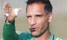 Com dores no cotovelo, Fernando Prass nao participou do treino da seleção brasileira na Granja Comary Foto: Antonio Scorza/Agência O Globo