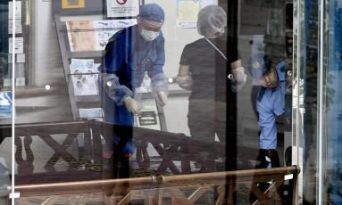 Policiais investigam o centro para deficientes atacado em Sagamihara, Japão Foto: Eugene Hoshiko / AP