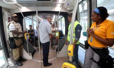 Passageiro com bilhete único paga a passagem no leitor eletônico Foto: Custódio Coimbra / Agência O Globo