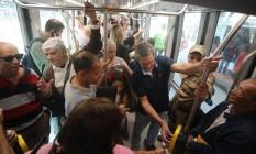 Primeiro dia de cobrança das passagens do VLT começa com problemas nas máquinas de pagamento Foto: Custódio Coimbra / Agência O Globo