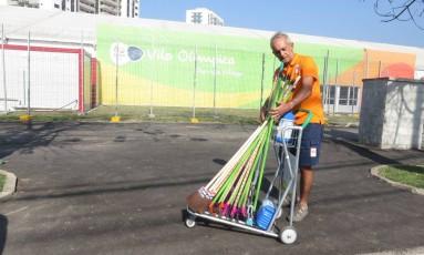 O faz-tudo brasileiro Alexandre Bastos ajuda a delegação holandesa desde 2013 Foto: O GLOBO / Gustavo Loio