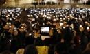 No primeiro discurso do Papa Francisco, em 2013, praticamente todos os presentes eternizaram o momento com suas câmeras em smartphones ou tablets Foto: Michael Sohn / AP