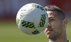 Neymar de olho na bola durante o treino da seleção brasileira Foto: Antonio Scorza / Agência O Globo