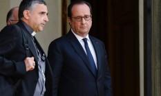Em Paris, François Hollande se reúne com arcebisco após padre ser degolado por terroristas na cidade de Saint-Etienne-du-Rouv Foto: BERTRAND GUAY / AFP