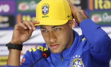Neymar durante a entrevista coletiva em Teresópolis nesta terça Foto: Antonio Scorza / Agência O Globo