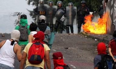 Estudantes entram em confronto com a polícia durante um protesto contra o presidente da Venezuela, Nicolás Maduro, em março Foto: George CASTELLANO / AFP