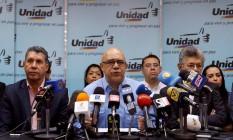 Líderes opositores Henri Falcon, Jesús Torrealba e Henry Ramos Allup pedem referendo contra Maduro em Caracas Foto: CARLOS JASSO / REUTERS