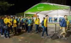 Atletas da delegação australiana chegam na Vila Olímpica Foto: Guito Moreto / Agência O Globo