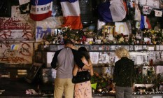 Franceses observam memorial a vítimas do terrorismo em Paris Foto: GEOFFROY VAN DER HASSELT / AFP
