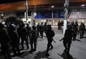 Militares realizam treinamento na estação Arariboia, em Niterói Foto: Pedro Teixeira / Agência O Globo
