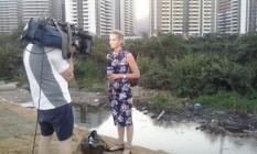 Christine trabalhando perto da Vila Olímpica. Equipe sofreu uma tentativa de assalto por travestis em Copacabana Foto: Reprodução/Twitter