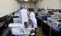 Mulher trabalha no Laboratório de Controle de Doping brasileiro Foto: RICARDO MORAES / REUTERS