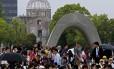 Uma multidão invade o Parque Memorial da Paz de Hiroshima atrás de Pokémons