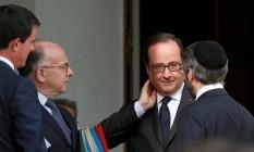 François Hollande (segundo à dir.), conversa com o líder rabino Haim Korsia (à dir.), o ministro do Interior, Bernard Cazeneuve (segundo à esq.), e o premier, Manuel Valls, depois de reunião com líderes religiosos Foto: BENOIT TESSIER / REUTERS
