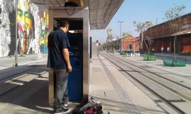Técnico conserta equipamento de venda de bilhetes do VLT Foto: Custódio Coimbra / O Globo