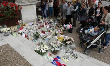 Dezenas de pessoas se reúnem para prestar suas homenagens no memorial improvisado em frente à prefeitura depois do ataque à igreja em Saint-Etienne-du-Rouvray, na Normandia Foto: Francois Mori / AP