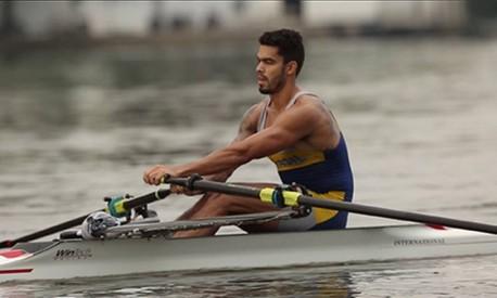 Os braços aparecem, mas o ritmo do remo é ditado nas pernas Foto: Marco Antônio Rezende / O GLOBO