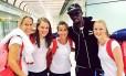 Atletas do Reino Unido tietam Usain Bolt