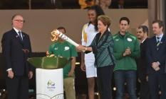 Dilma, em maio de 2016, antes de ser afastada da presidência, acende a tocha olímpica em Brasília Foto: EVARISTO SA / AFP