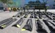 Protesto da Anistia Internacional em frente ao Comitê Olímpico Brasileiro. Na foto, sacos representando os mortos pela PM