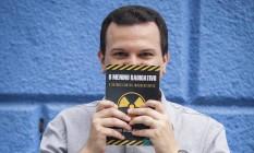 """O escritor e sua obra: """"O menino radioativo - E outros contos inacreditáveis"""" Foto: Analice Paron / Agência O Globo"""