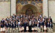 Time olímpico da Rússia posam em frente ao Kremlin ao lado do líder ortodoxo, Patriarca Kirill, e o presidente do comitê olímpico do país, Alexander Zhukov Foto: KIRILL KUDRYAVTSEV / AFP