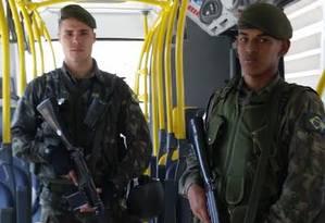 Soldados do Exército em ônibus do BRT Foto: Luiz Ernesto Magalhães / O Globo