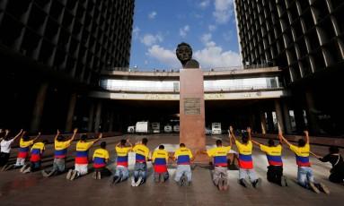 Um grupo de cristãos cantam e oram perto da sede do Conselho Nacional Eleitoral (CNE), em Caracas Foto: CARLOS JASSO / REUTERS