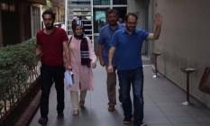 Levent Kenez (à dir) e outros 41 jornalistas foram detidos após tentativa de golpe na Turquia