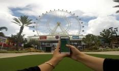 Visitante joga Pokémon Go em frente à roda-gigante Orlando Eye, na Flórida Foto: Visit Orlando / Divulgação