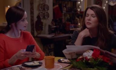 Rory (Alexis Bledel) e Lorelai Gilmore (Lauren Graham) em cena na nova temporada de 'Gilmore girls' Foto: Reprodução