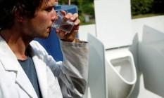 Cientista belga bebe água tirada de uma máquina que transforma urina em água potável Foto: FRANCOIS LENOIR / REUTERS