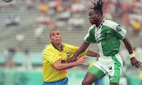 Vexame. Ronaldo disputa bola com nigeriano: favorita ao ouro nos Jogos de Atlanta, seleção é eliminada pela Nigéria após estar vencendo por 3 a 1 Foto: Hipólito Pereira 31/07/1996 / Agência O Globo