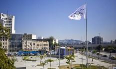 Símbolo do Comitê Olímpico Internacional foi hasteado na Praça da Bandeira Foto: Divulgação/Prefeitura do Rio