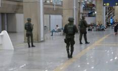 Militares circulam em terminal do Galeão Foto: Renato Grandelle