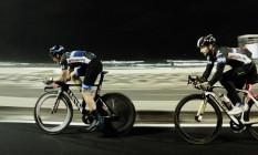 Ciclistas treinam na Praia de Ipanema às 4h30 Foto: Guilherme Leporace / Agência O Globo