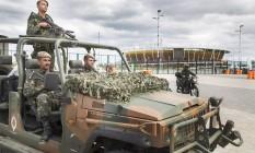 Exército monta guarda na Avenida Abelardo Bueno em frente ao Parque Olimpico. Foto: Antonio Scorza / Agência O Globo