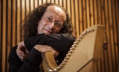 """""""Quando a gente compõe ou rearranja uma melodia, também é uma forma de contar uma história, ou de mantê-la viva"""", conta Euron Foto: Hermes de Paula / Agência O Globo"""