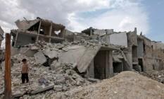 Menino sírio observa destroços causados pelos confrontos em Aleppo Foto: NOUR KELZE / REUTERS